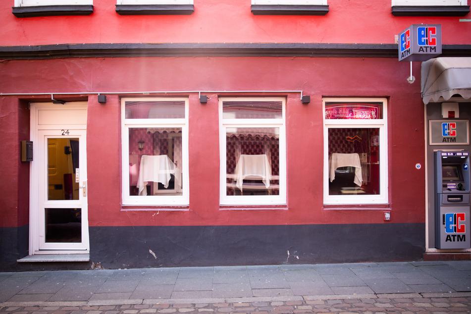 Keine Prostituierten sitzen in den Fenstern eines Bordells neben einem Geldautomaten in der legendären Herbertstraße auf St. Pauli.