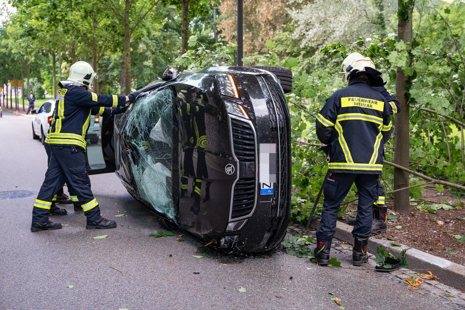 Ein Skoda-Fahrer landete am Montagmorgen in einer 30er-Zone in Weimar auf der Seite.