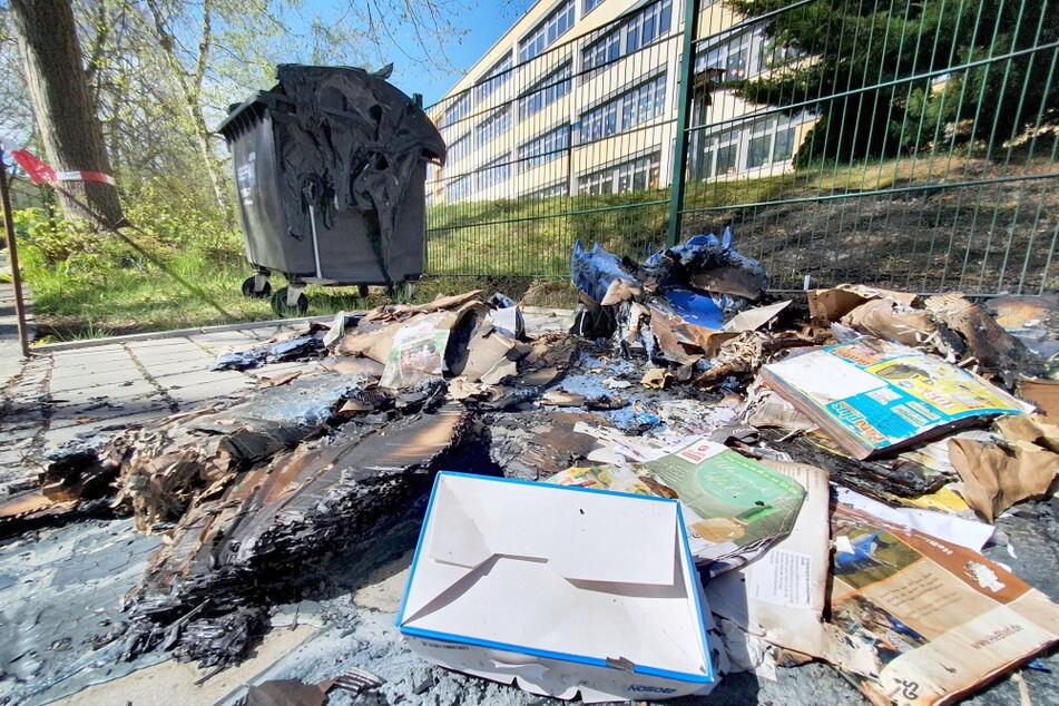 Vom Container blieb nichts mehr übrig! In der Richard-Wagner-Straße in Chemnitz fackelte ein Abfallbehälter komplett ab, ein weiterer wurde beschädigt.