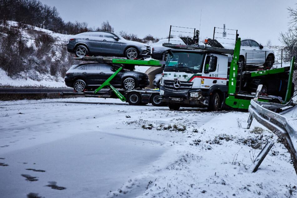 Unfall A17: Auto-Transporter kommt auf schneeglatter A17 ins Schleudern und blockiert Fahrbahn