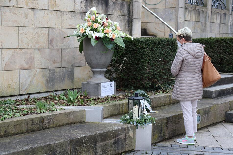 Auf dem La-Spezia-Platz in Bayreuth hat die Stadt einen Kranz zum Gedenken an die Corona-Todesopfer niedergelegt.