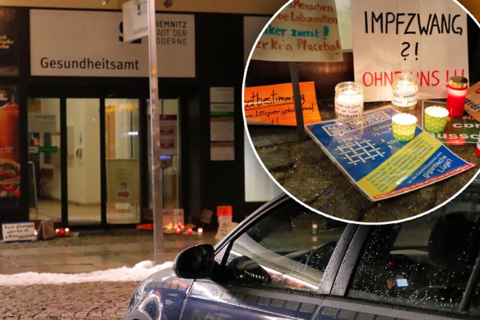 Chemnitz: Impfgegner stellen Plakate und Kerzen vor Gesundheitsamt ab