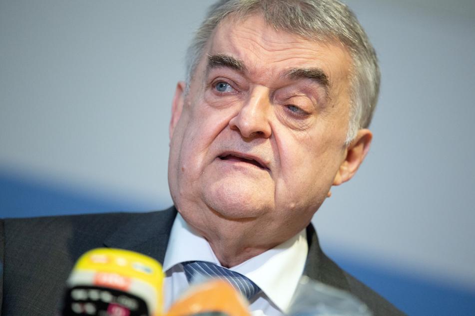 Nachdem Gesundheitsminister Karl-Josef Laumann (CDU) angekündigt hat, dass es ab März vorgezogene Corona-Impfungen für Lehrer und Kita-Personal geben soll, kommt indirekte Kritik von Herbert Reul (CDU).