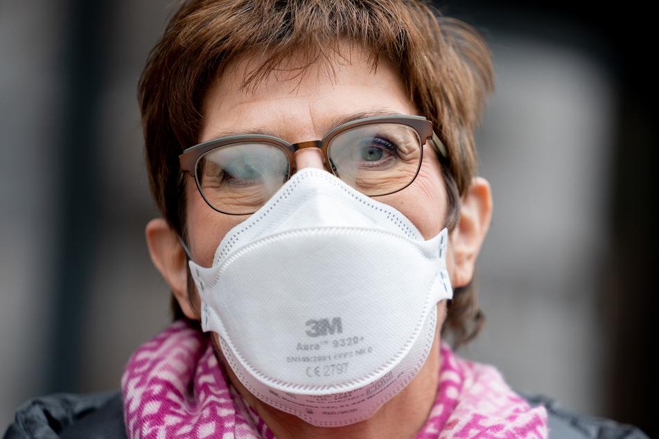 Annegret Kramp-Karrenbauer (58, CDU), Bundesministerin der Verteidigung, spricht am Rande eines Besuchs einer Alten- und Pflegeeinrichtung mit einer FFP2-Maske mit Medienvertretern.