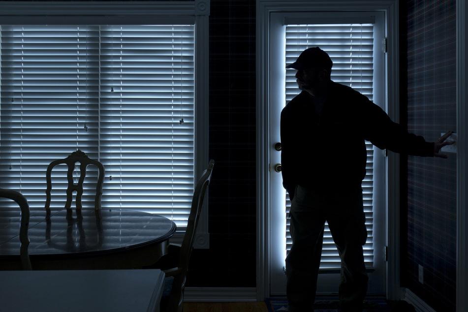 Permanent geschlossene Rollläden oder Vorhänge sind für Einbrecher ein gutes Indiz, dass die Bewohner längere Zeit nicht zu Hause sind. (Symbolbild)