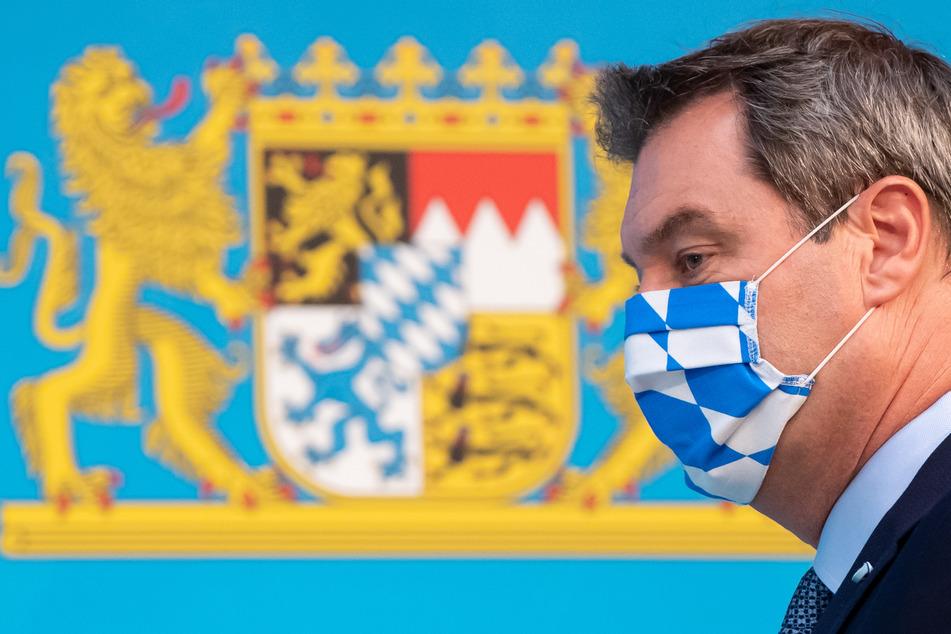 Unter den deutschen Bundesländern ist Bayern am stärksten von Covid-19 betroffen. Hier kommt Ministerpräsident Markus Söder (CSU) gerade mit einer Maske aus einer Sitzung des bayerischen Kabinetts.