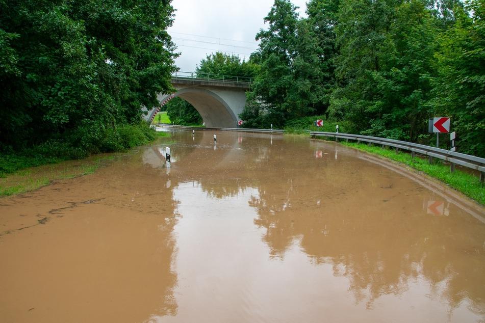 Der Lungwitzbach hat die S245 zwischen Lobsdorf und Niederlungwitz geflutet.