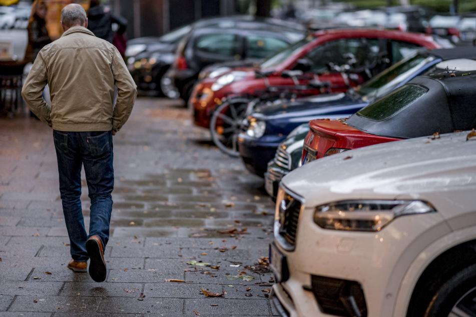 In Hamburg gibt es immer mehr Autos und gleichzeitig immer weniger Parkplätze. (Archivbild)