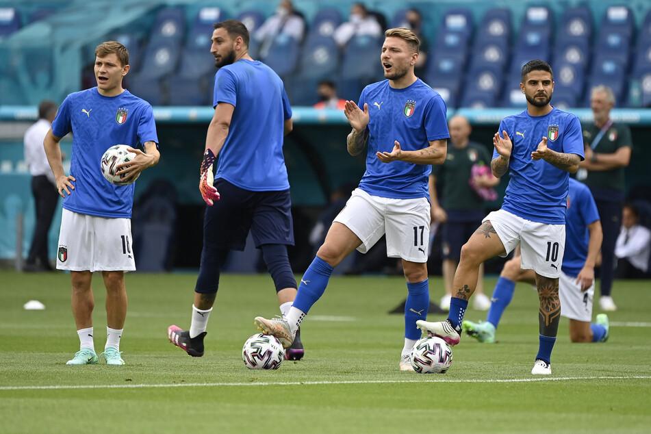 Die italienischen Stammspieler Nicolò Barella (l.), Ciro Immobile (2.v.r.) und Lorenzo Insinge (r.) saßen gegen Wales zunächst nur auf der Bank.