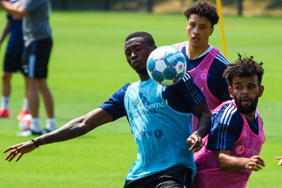 Ogechika Heil (20, rechts) trainiert mit seinen HSV-Kollegen Amadou Onana (19, links) und Jonas David (21).