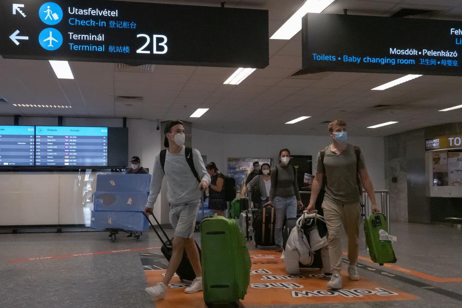 Passagiere kommen am letzten Tag vor der Wiedereinführung der Grenzkontrollen anlässlich der Corona-Pandemie am Flughafen Budapest an.
