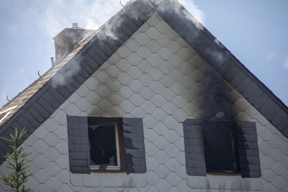 Brand gelöscht: Das Obergeschoss ist verrußt, das Haus derzeit unbewohnbar.