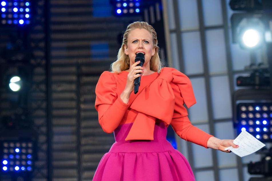 Barbara Schöneberger (47), Moderatorin, steht beim Public Viewing zum Eurovision Song Contest (ESC) 2019 auf dem Spielbudenplatz auf der Bühne.
