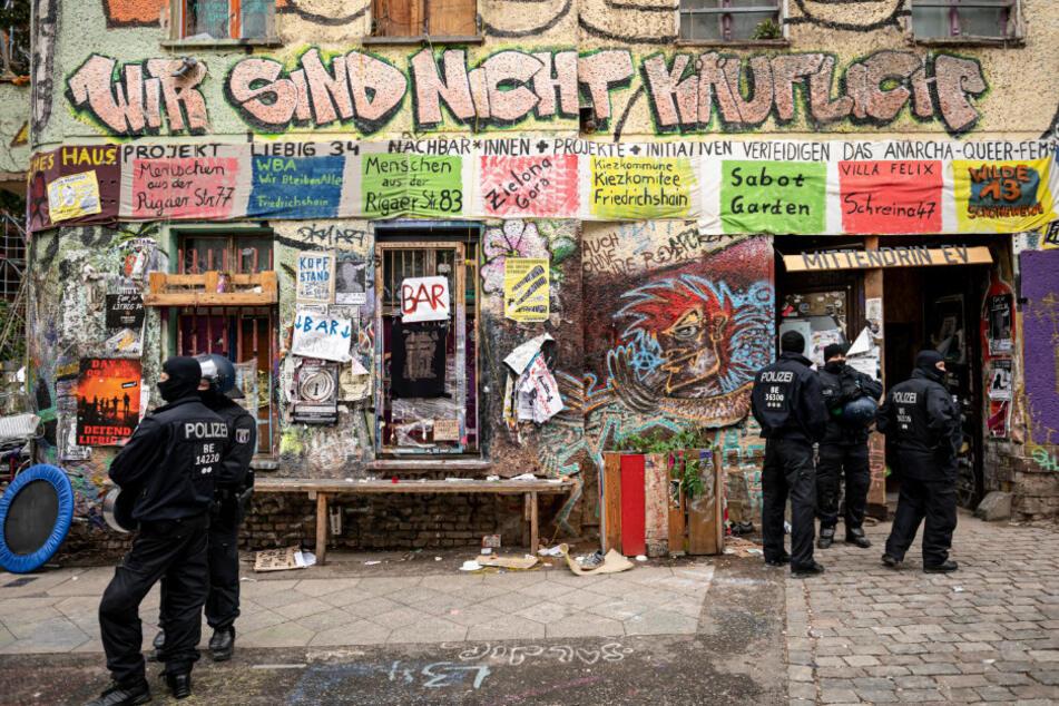 """Polizisten stehen nach der Räumung am Eingang des ehemals besetzten Hauses """"Liebig 34""""."""