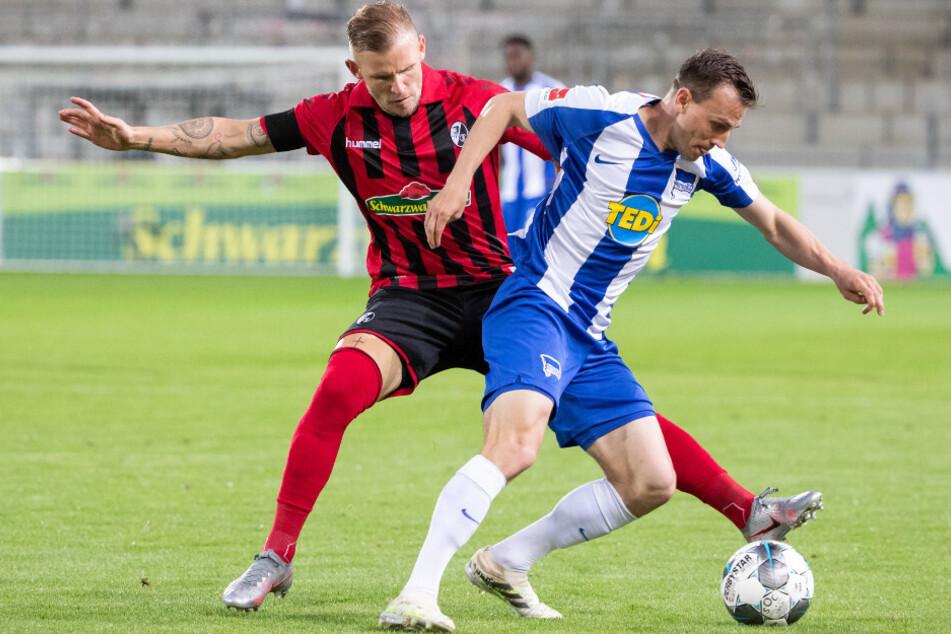 SC-Kicker Jonathan Schmid (l) im Zweikampf mit Herthas Vladimir Darida.