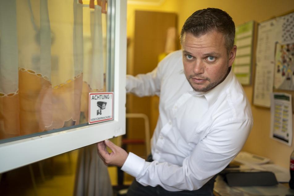 """Experte Michael Specht (35) untersucht die Einbruchsspuren in der Kita """"Spielhaus"""" im Schlossviertel."""