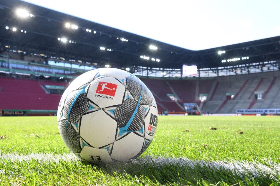 WWK-Arena in Augsburg: Ein Fußball liegt auf dem Rasen.