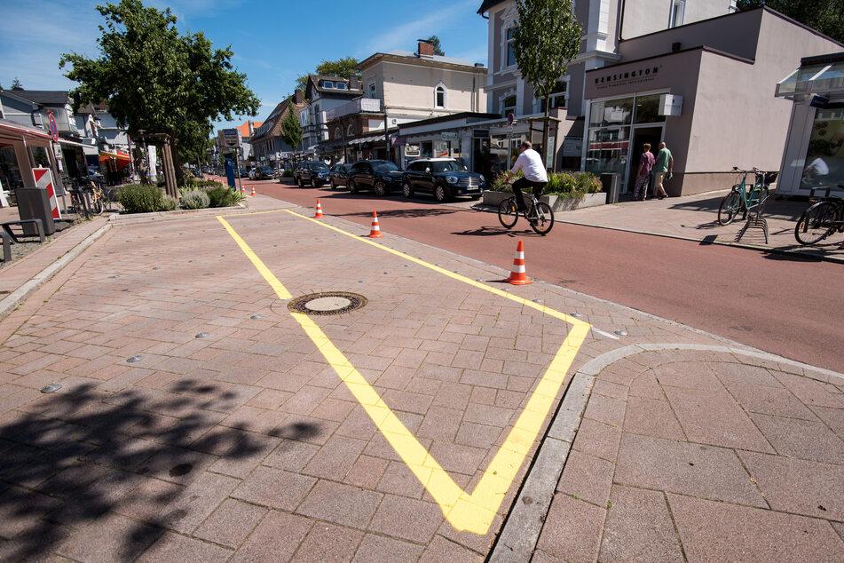 Eine neue Straßenmarkierung ist im Stadtteil Othmarschen auf den Parkflächen aufgebracht.