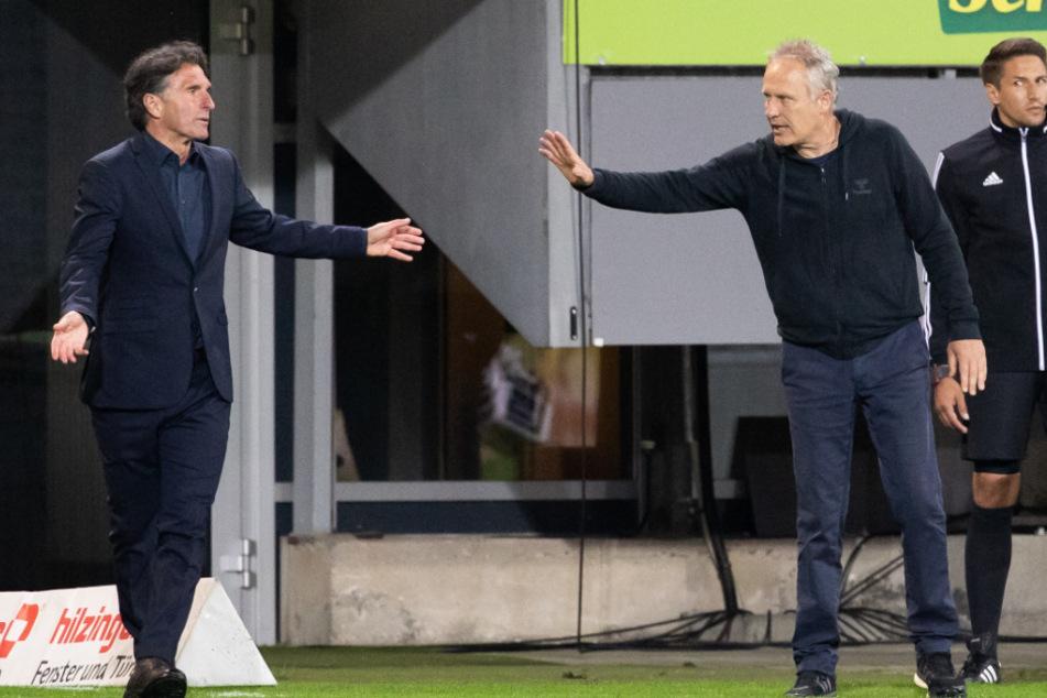 Hertha-Trainer Bruno Labbadia diskutiert mit Freiburgs Christian Streich (r).