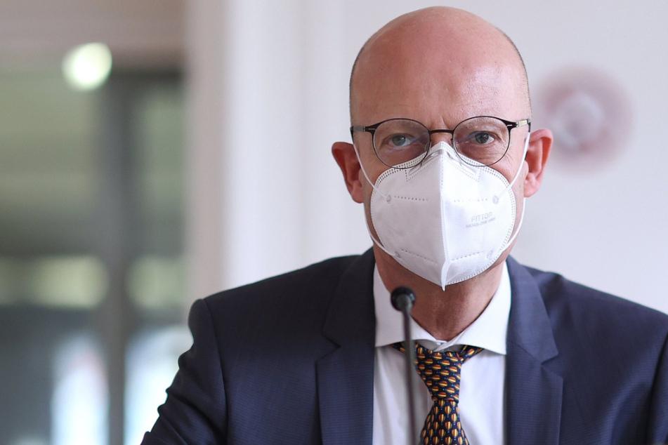 Nach Impf-Skandal: Stadträte wollen Halles OB Dienst verbieten