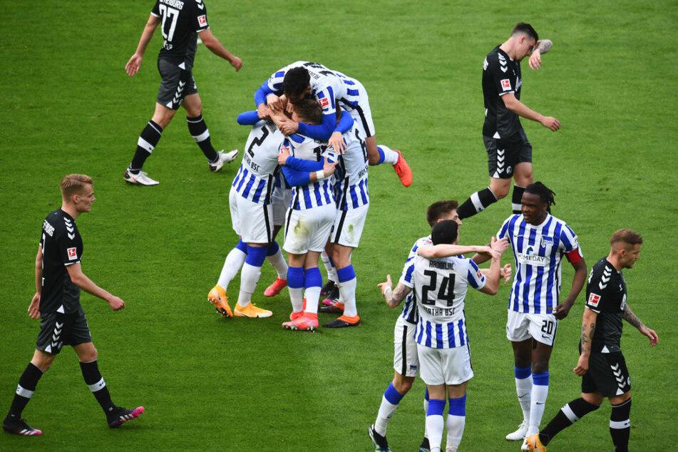 Die Hertha-Spieler bejubeln das Tor zum 2:0 gegen den SC Freiburg.