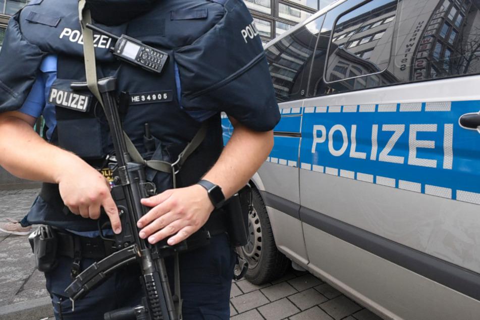 Brutaler Raubüberfall in Neu-Isenburg: Rentnerin (82) mit Waffe bedroht und gefesselt