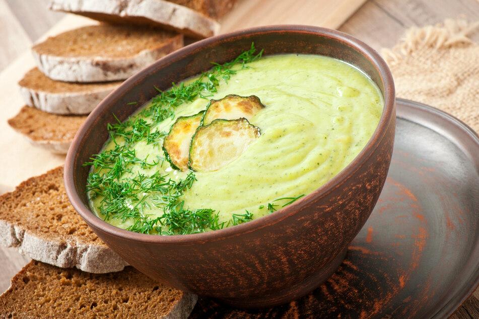 Die Zucchini-Cremesuppe schmeckt warm und kalt serviert.