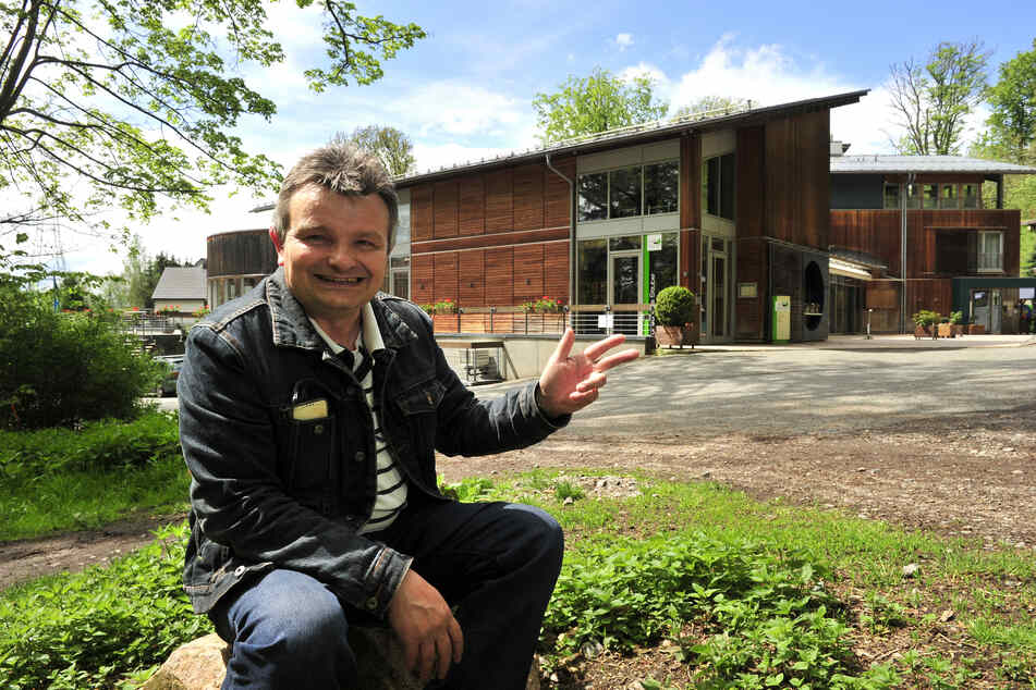 Jens Bernhardt (54) vom Heimatverein Grüna am heutigen Forsthaus. In einer früheren Version des Gebäudes arbeitete der unglückliche Wirt Franz Keil.