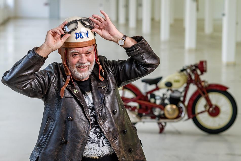 """DKW-Fachmann Frieder Bach (77) empfing am Freitag in historischer Motorrad-Kleidung die Rückkehr der DKW """"Luxus 500"""" in das frühere Zschopauer Werk."""