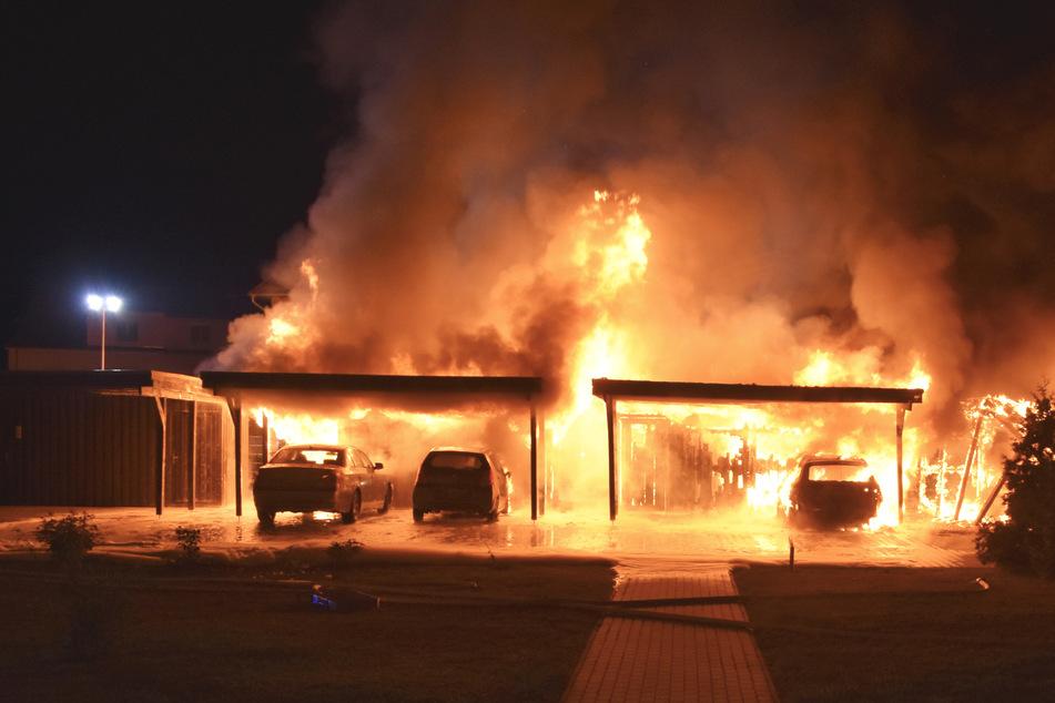 Kurz nach Mitternacht standen mehrere Carports in Stendal lichterloh in Flammen.