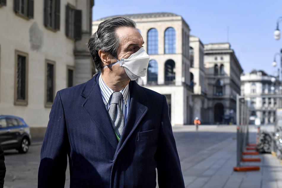 Attilio Fontana, Gouverneur der Region Lombardei, die am schlimmsten vom Coronavirus betroffenene Region Italiens, trägt Mundschutz bei seinem Spaziergang. (Archivbild)