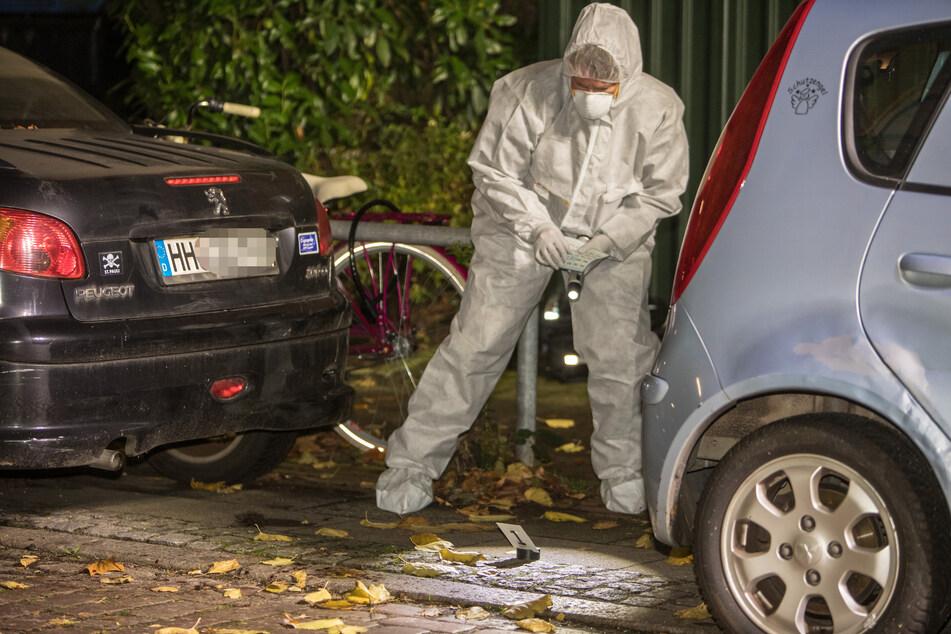 Einsatzkräfte sichern Spuren vor der Wohnung in Altona.