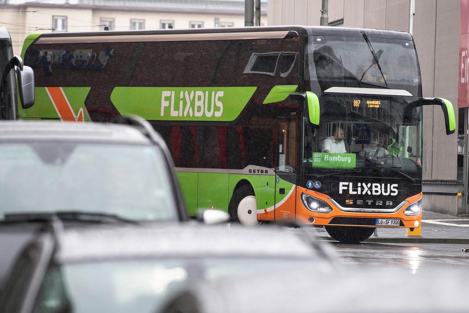 Bei einer Kontrolle eines Fernbusses konnte die Polizei den Gesuchten fassen. (Symbolbild)