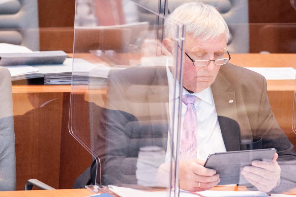 Karl-Josef Laumann (CDU) in einer Box aus Plexiglas im Plenum des Landtags.