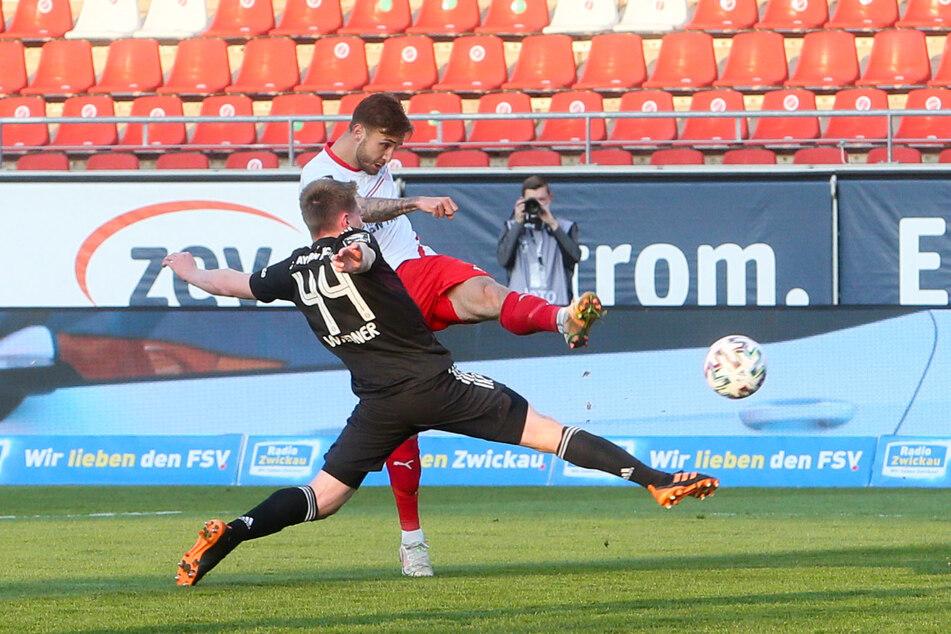 Felix Drinkuth (26, h.) zieht in dieser Szene vor Bayern-Kicker Dennis Weidner (20) ab. Der Zwickauer machte am Dienstag ein gutes Spiel gegen Münchner.