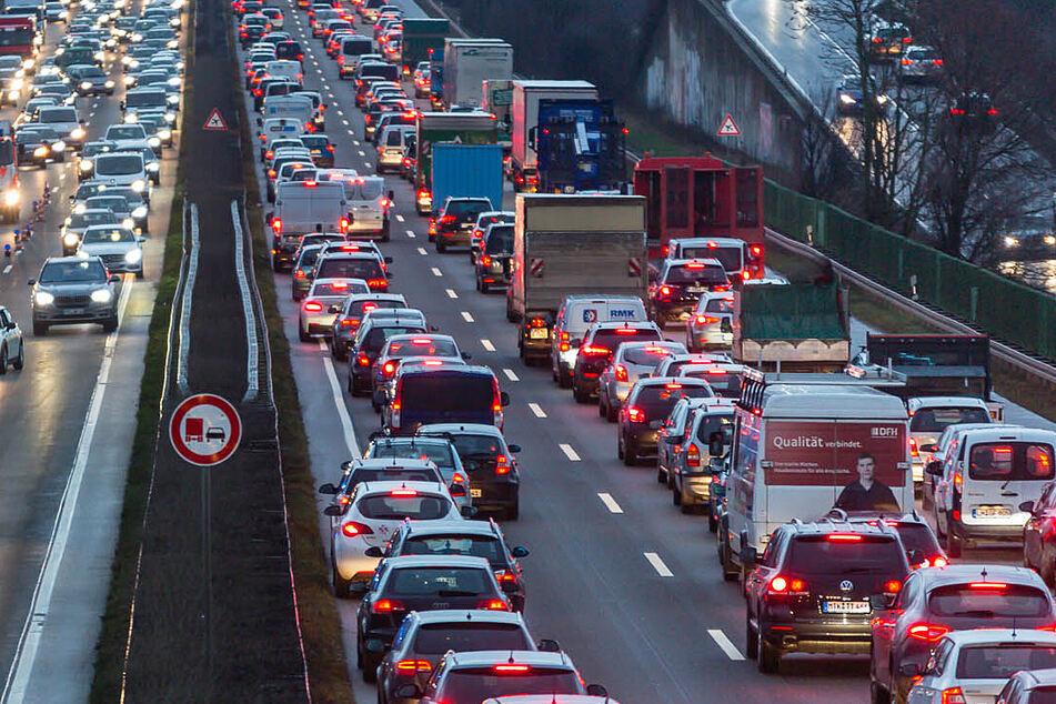 Aktuelle Unfall A66 News: Stau soweit das Auge reicht nahe Wiesbaden.