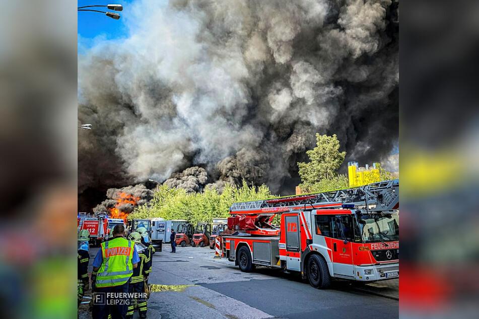 Eine dichte, schwarze Qualmwolke erstreckt sich in den Himmel. Dutzende Feuerwehrleute kämpfen seit Freitag gegen brennenden Papier- und Plastikmüll.