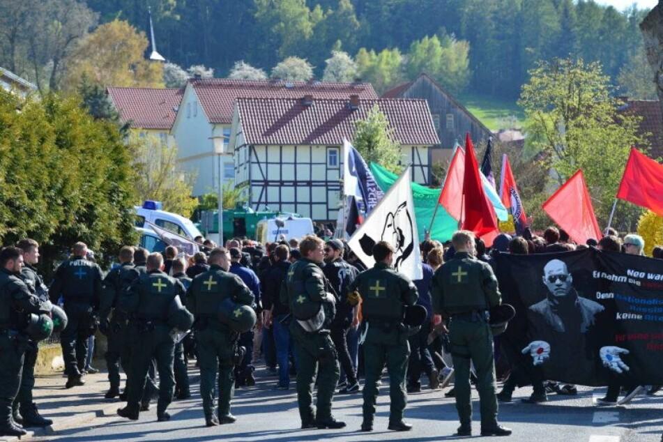 Linke demonstrieren gegen AfD-Chef in dessen Wohnort