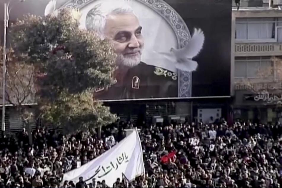 Trauernde haben sich versammelt, um dem getöteten iranischen General Ghassem Soleimani zu gedenken. (Archivbild)