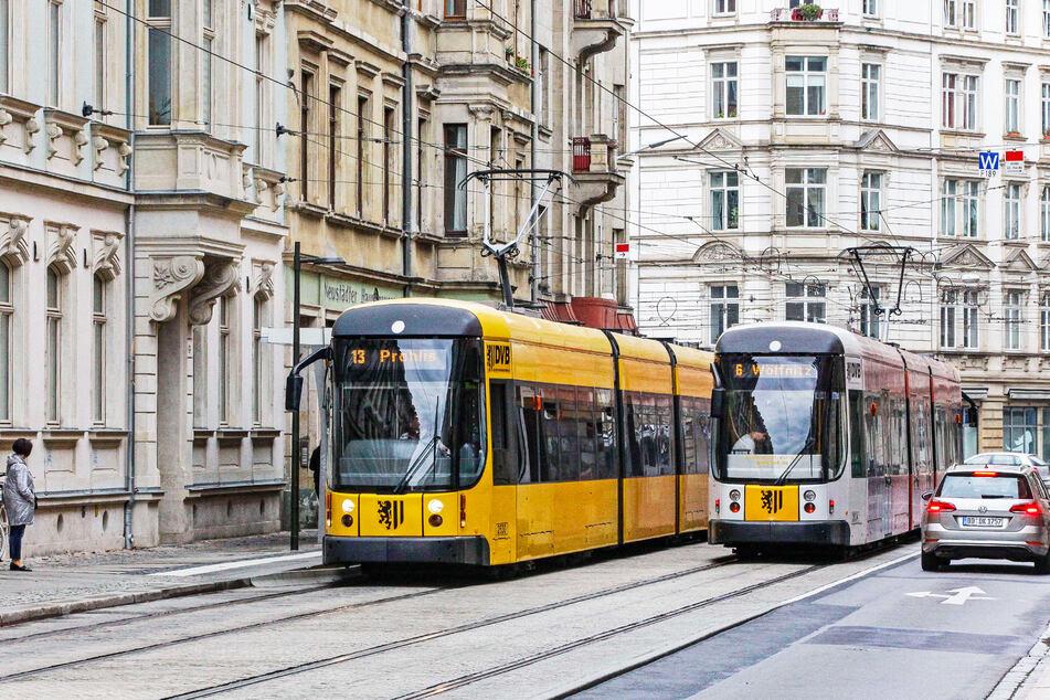 Zwei Straßenbahnen stehen an den Haltestellen in der Rothenburger Straße. (Archivbild)