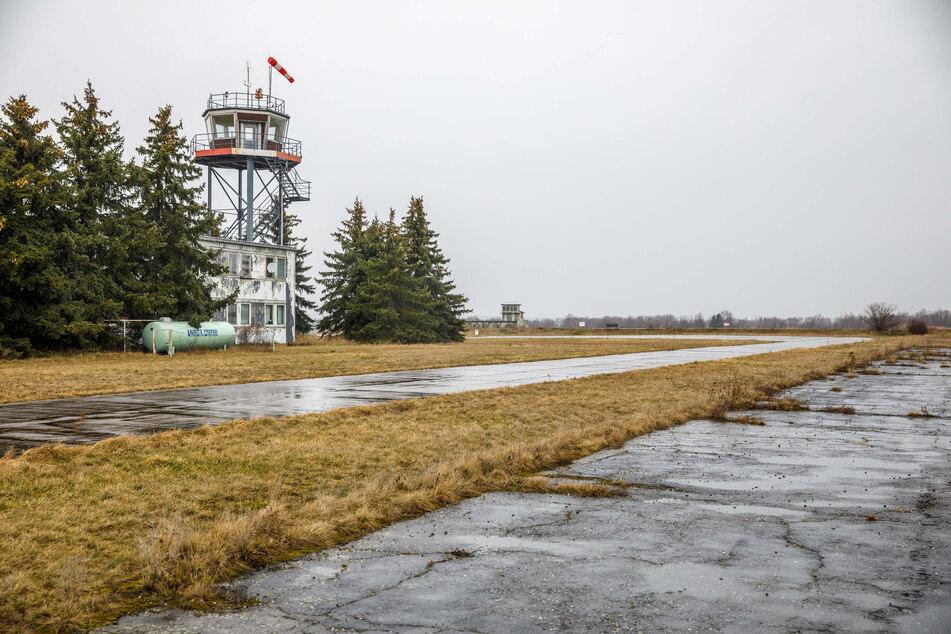 Auf dem Flughafen Großenhain gingen die Sowjets beim Betanken ihrer MIG-Kampfflugzeuge recht sorglos mit dem Flugbenzin um.
