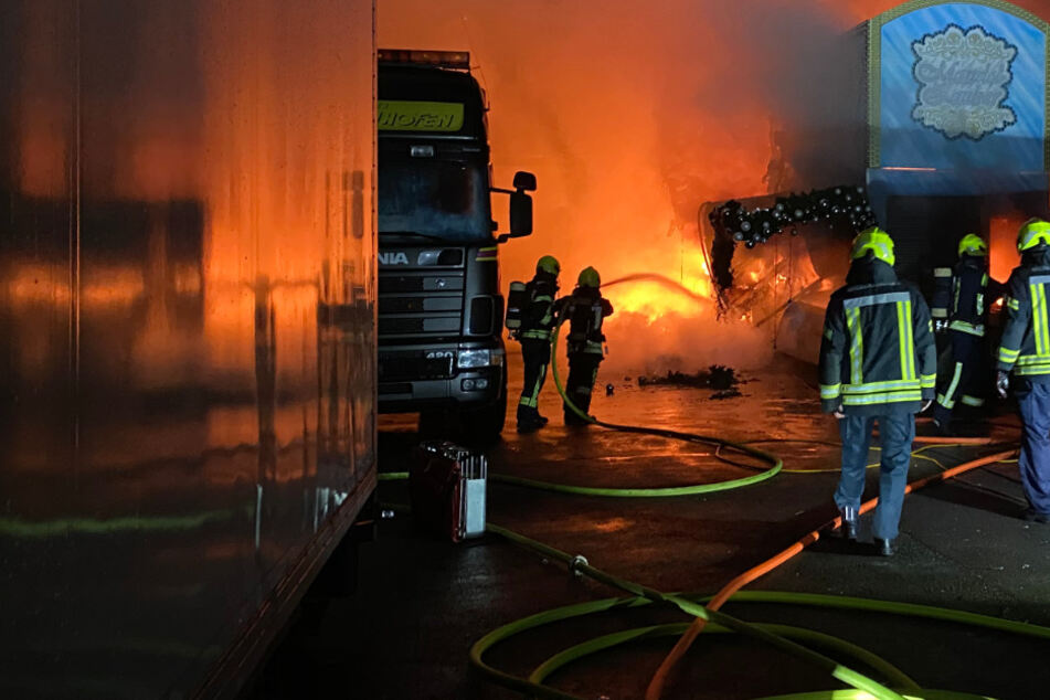 Feuerwehr mit Großaufgebot: Schaustellerbetrieb in Gelsenkirchen in Brand