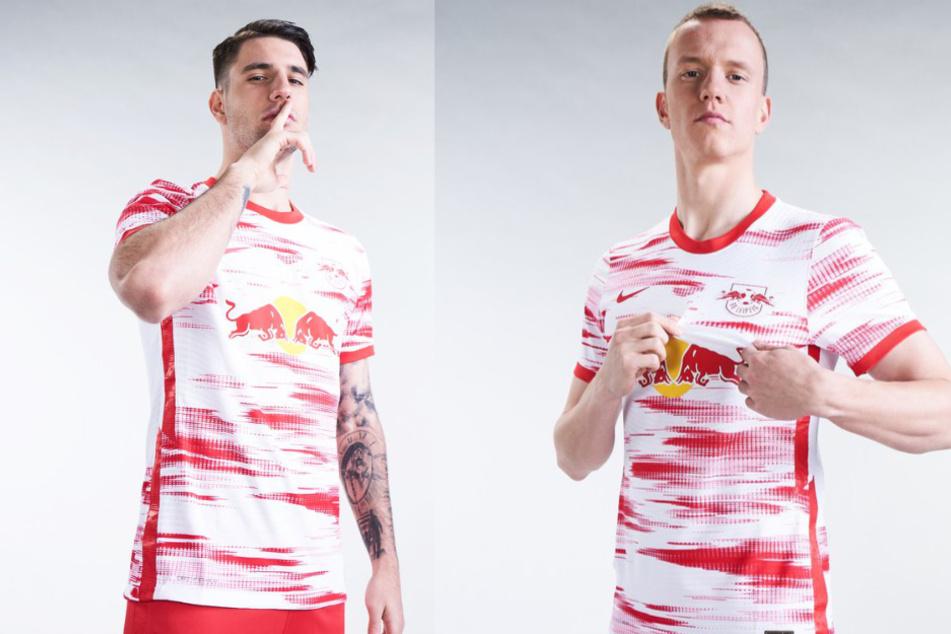 Dominik Szoboszlai (20) und Lukas Klostermann (24) präsentieren das neue Heimtrikot von RB Leipzig für die kommende Saison.
