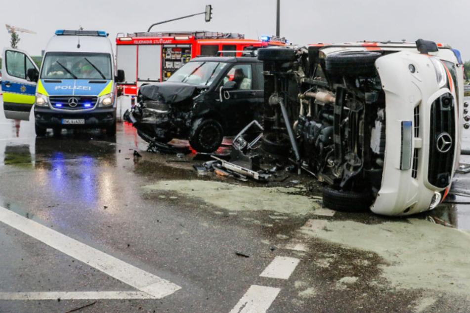 Rettungswagen auf Einsatzfahrt in Unfall verwickelt und umgekippt