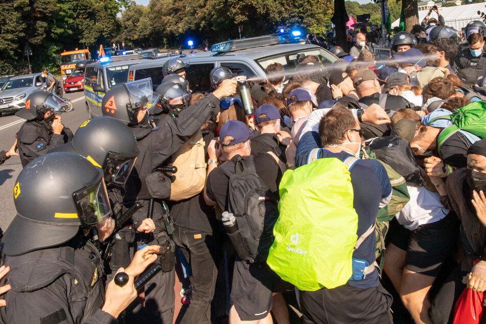 Demonstranten stoßen am Rande eines Protests gegen die Automesse IAA-Mobility an der Theresienwiese mit Einsatzkräften der Polizei zusammen.