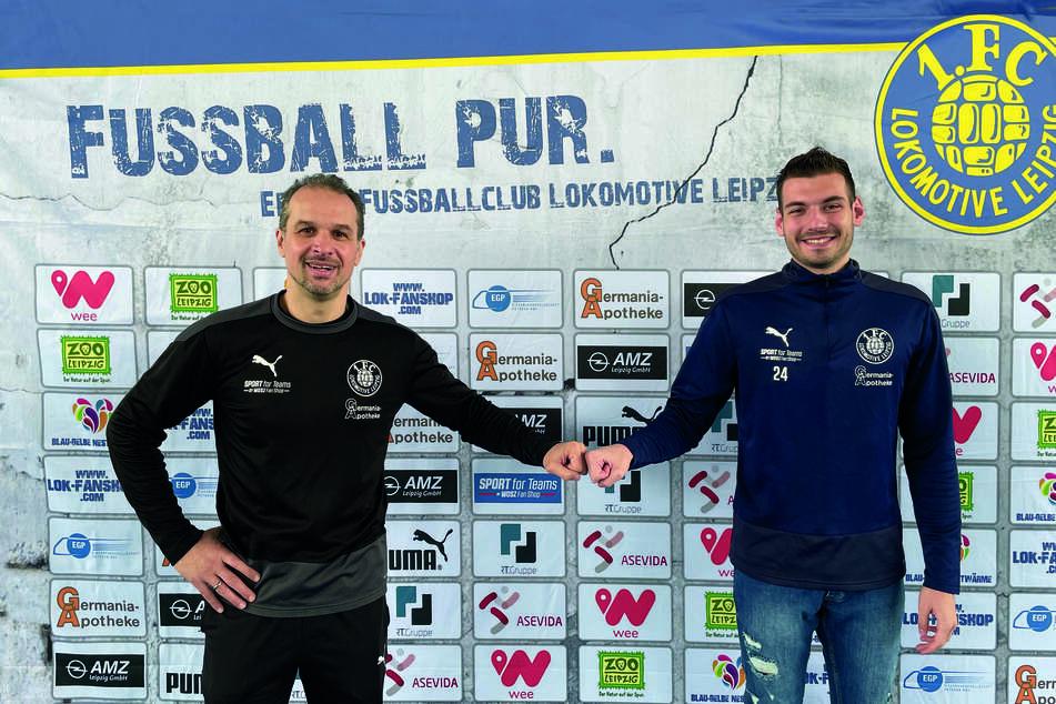 Coach Almedin Civa (48/l.) und Abwehrtalent Luca Sirch (21) nach der Vertragsverlängerung.