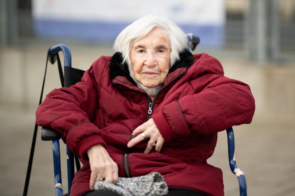 Esther Bejarano, Holocaust-Überlebende, sitzt in einem Rollstuhl vor dem Impfzentrum Hamburg.
