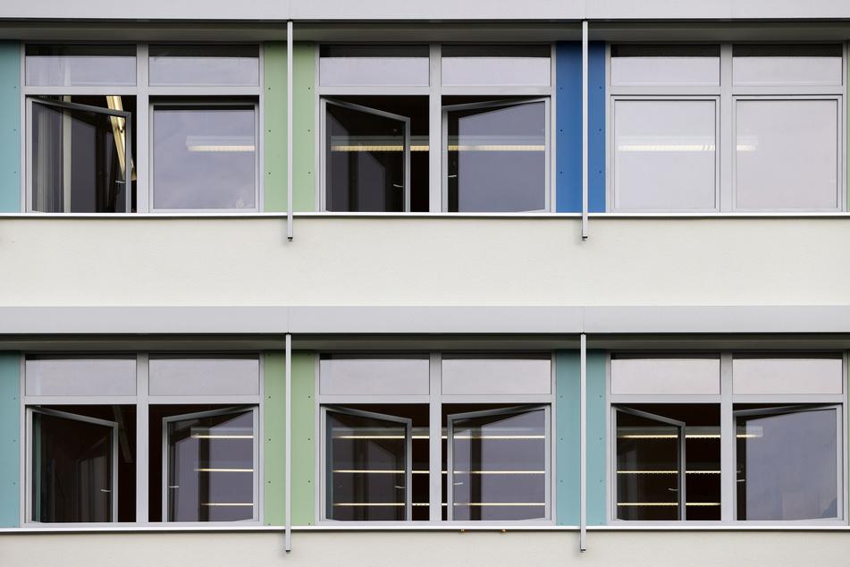 An Schulen müssen regelmäßig die Fenster zum Lüften geöffnet werden.