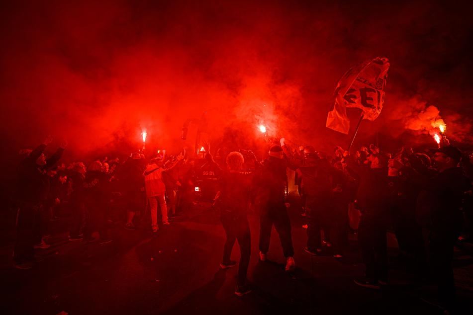 Fans begrüßen Dynamo Dresden während deren Ankunft.