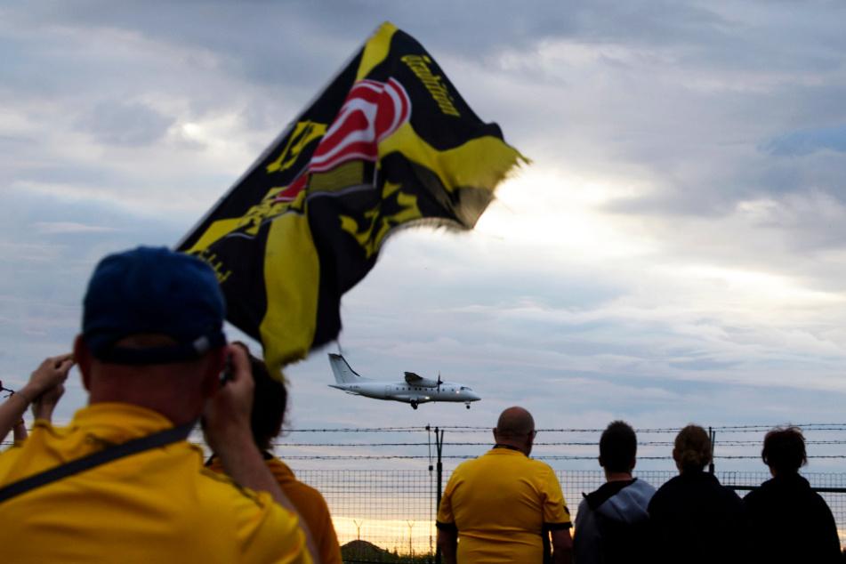 Die Fans beobachteten am Sonntagabend die Landung der Dynamos auf dem Flughafen in Klotzsche. Viele waren gekommen, um sich für den Kampf bis zur letzten Sekunden zu bedanken.